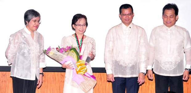 (Left to right) Dr. Soledad A. Ulep/UP NISMED Director; Dr Marlene Ferido/Gawad Chanselor awardee; Dr Caesar A. Saloma/UP Diliman Chancellor; and Dr Benito M. Pacheco/UP Diliman Vice-Chancellor for Research & Development.